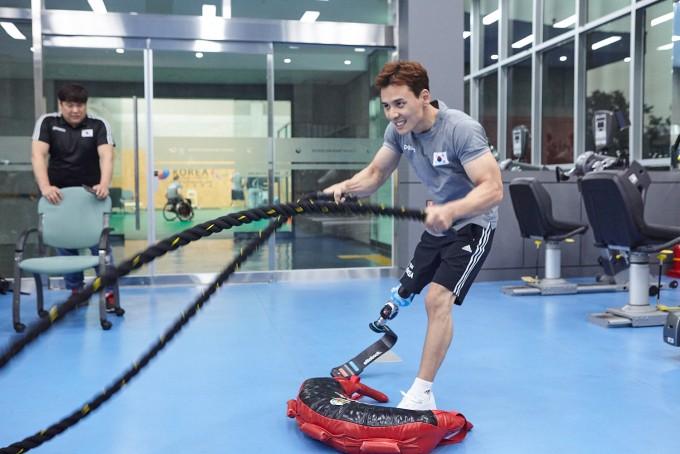 정승환 선수가 달리기용 의족을 하고 훈련을 하고 있다. - 대한장애인체육회 제공
