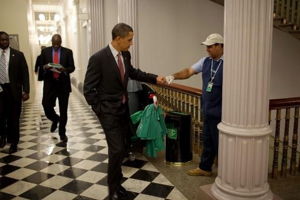 오마바 대통령이 청소 직원과 격의 없이 인사를 나누고 있다. 현대 사회는 타고난 신분이라는 개념이 사라졌지만, 여전히 강력한 위계 질서가 지배하는 중층 사회다. 신분과 계급은 사라진 것이 아니다. 눈에 잘 보이지 않게 된 것뿐이다. - 플리커 제공