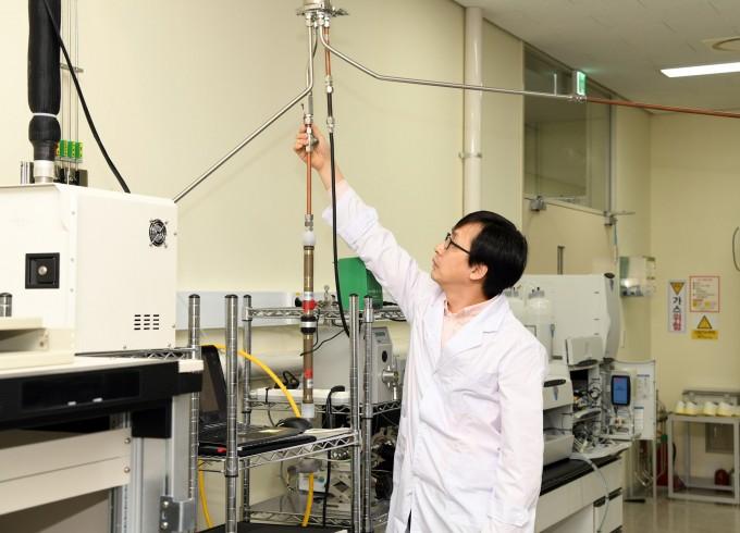 한국표준과학연구원 가스분석표준센터 정진상 책임연구원이 외부로부터 유입되는 초미세먼지를 실시간 포집하는 시스템을 작동시켜 보이고 있다.