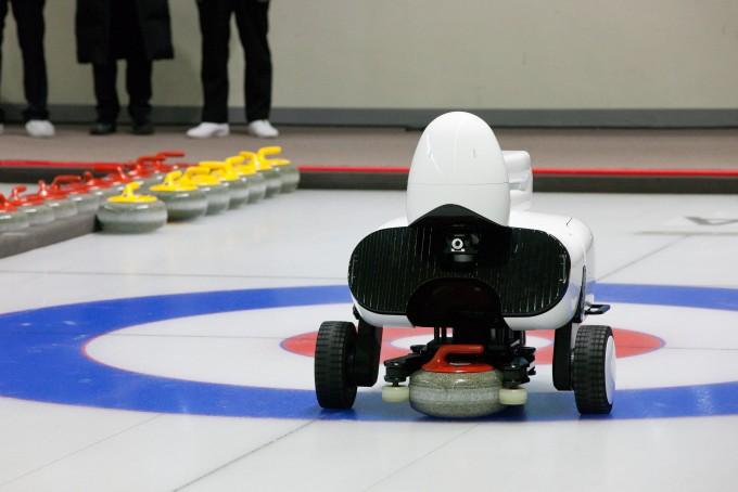 인공지능(AI) 컬링로봇 시스템 '컬리(Curly)'의 투구로봇이 8일 경기 이천시 대한장애인체육회 이천훈련원 컬링센터에서 열린 춘천기계공고 컬링팀과의 대결에서 투구를 준비하고 있다. - 과학기술정보통신부 제공