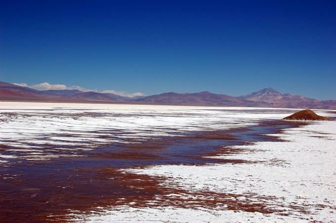 세계 리튬 매장량의 절반이 칠레에 있다. 칠레 마리쿤가 염호(소금호수)의 모습으로 여기서 리튬을 추출한다. 배경에 흰 모래처럼 보이는 게 소금이다. 최근 국내 두 기업이 연합해 칠레 리튬으로 배터리 양극재를 만드는 사업권을 따냈다. - 위키피디아 제공