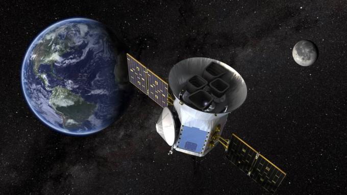 다음달 16일 발사되는 차세대 우주망원경 '테스(TESS)'의 상상도. 달의 중력을 이용해 추가적인 추진력을 얻는 '스윙바이(중력보조)'로 지상 500~5만 ㎞의 지구 고타원궤도를 13.7일마다 한 바퀴씩 돌며 외계행성을 찾는다. - 미국항공우주국 제공