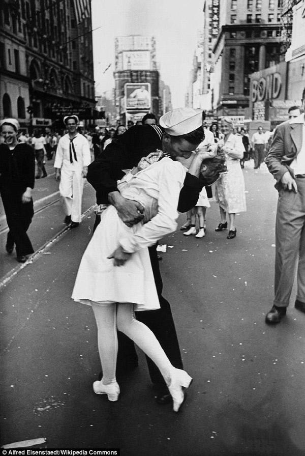 라이프 사진 중 유명한 종전의 키스 – 위키미디어 제공