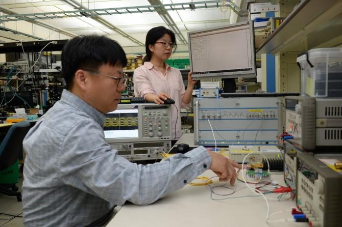 연구진이 새로개발한 광수신기있다. -한국전자통신연구원 제공