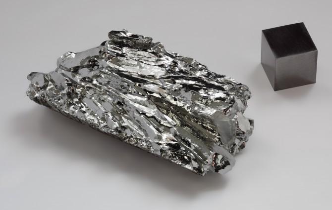 몰디브덴. 백금 등에 비해 가격이 낮고 반응성이 비교적 우수한 것이 장점이다. 황 등 여러가지 물질과 혼합해 백금, 이리듐 등 등  고가 촉매를 대체하려는 연구가 활발하다. - wikimedia 제공