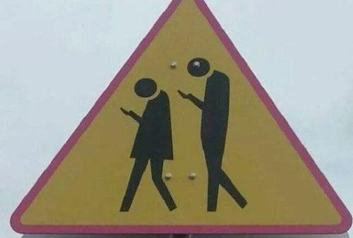 스마트폰 좀비 경고판 '화제'