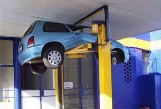 차를 파괴하는 카센터