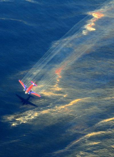 2010년에 발생한 딥워터 호라이즌 석유 유출 사건 당시 분산제를 뿌리기 위해 412대의 항공기가 동원됐다. - Stephen Lehmann, US Coast Guard 제공