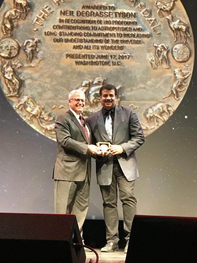 내셔널지오그래픽의 가장 영예로운 허바드 상을 내셔널지오그래픽 최고경영책임자로부터 수여받는 헤이든 천문관장, 닐 디그래스 타이슨(오른쪽).