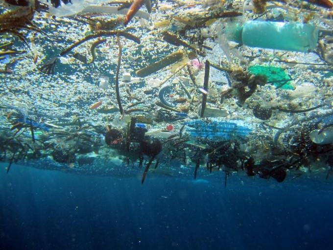 바다에 떠 있는 고체 쓰레기의 모습. 이 중 80% 이상은 분해되지 않는 플라스틱 쓰레기다. - 사진 출처 미국 해양대기청(NOAA)