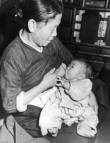 어머니의 젖을 빨고 있는 아기. 해방 무렵에 촬영. 갓난아기는 자신과 어머니를 다른 개체라고 생각하지 못한다. 어머니와 자신이 다른 존재라는 것을 깨닫는 순간, 우리는 생애 첫 실연을 경험하게 된다. - flickr 제공