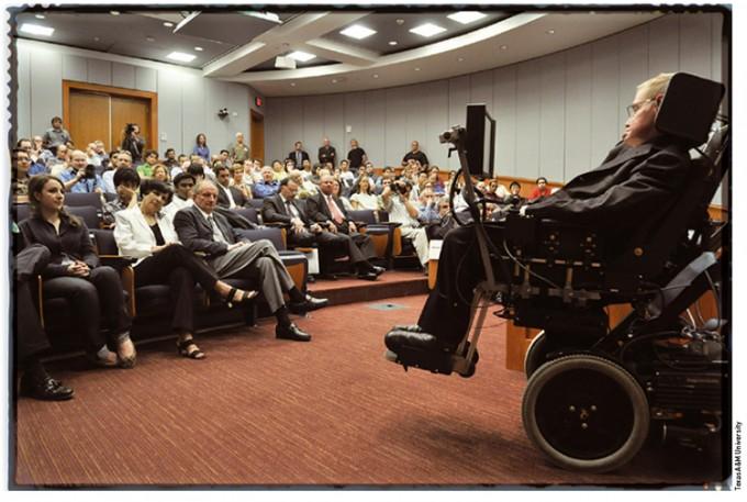 미국 텍사스 A&M대에 자신의 이름을 딴 강당이 생긴 것을 기념해 방문한 호킹. '특이점과 시공간의 기하학' 연구로 유명해진 그는 '호킹 복사'를 증명하며 세계적인 석학 반열에 올랐다. - Texas A&M University 제공