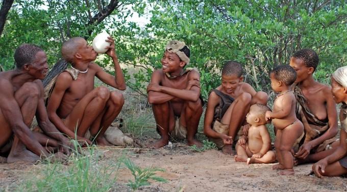 수렵채집인 중 하나인 아프리카의 쿵 산 족. 인류는 구석기 시대 전반에 비교적 평등한 사회적 구조를 형성했다. 엄격한 서열이 없는 사회에서는, 지위보다 사회적 관심을 유지하는 능력이 더 유용할 수 있다. - 사진 Pixabay