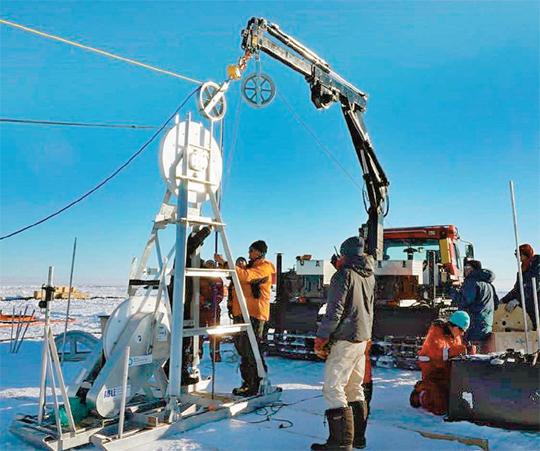 영국극지연구소(BAS) 연구진이 특수 장비를 이용해 두꺼운 얼음 표면에 구멍을 뚫고 있다. 최근엔 남극 빙하오염을 막기 위해 뜨거운 물로 구멍을 뚫는 '열수(熱水)' 방식을 자주 이용한다. - 영국극지연구소 제공