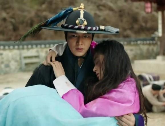 모 드라마의 한 장면. 이들은 두 주인공은 과거와 현대를 넘나들며 낭만적 사랑을 나눈다. 그러나 사실 한국 사회에서 낭만적 사랑이 보편화된 것은 수십 년에 지나지 않는다. - 위키피디아 제공