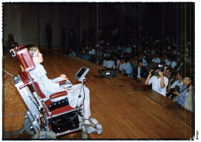 호킹 박사는 1990년과 2000년 두 차례 한국을 방문해 한국과 인연을 맺었다. 사진은 1990년 방한 당시 대중 강연을 하는 모습