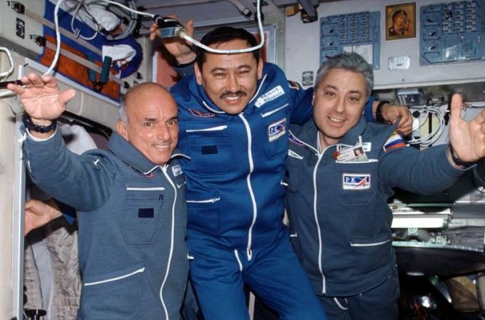 세계 최초의 우주 여행가 데니스 티토(왼쪽) - 위키미디어 제공