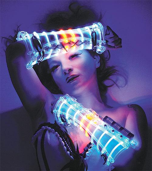 빛 아티스트 베오 비욘드가 2013년 만든 발광다이오드(LED) 의상을 무대 공연자가 입고 있다. 베오 비욘드