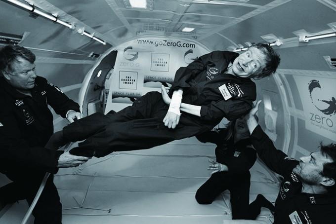 2007년보잉 747을 개조한 체험선을 타고 미소중력(무중력)을 체험하고 있는 스티븐 호킹. 호킹은 장애가 걸림돌이 되지않는 일에 집중했고, 새로운 도전을 멈추지 않았다. - Jim Campbell/Aero-News Network 제공