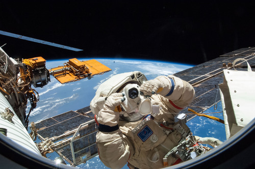 ISS에서의 유영하는 우주인 – NASA 제공
