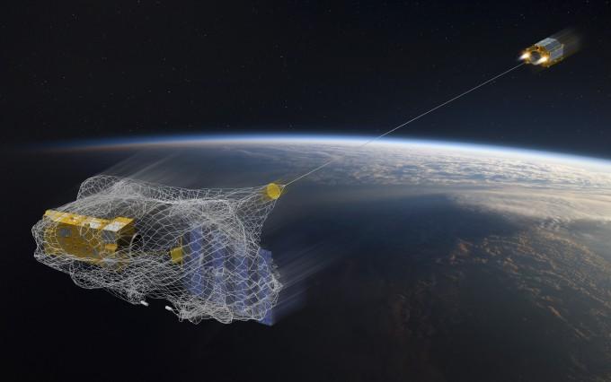 유럽우주국(ESA)이 제안한 우주쓰레기 제거 방안 중 하나로 그물을 펼쳐 지구 궤도를 도는 우주쓰레기를 수거한다. 에어버스는 이달 3일 기술검증을 위한 초소형 청소위성 '리무브디브리(RemoveDebris)'를 발사했다.