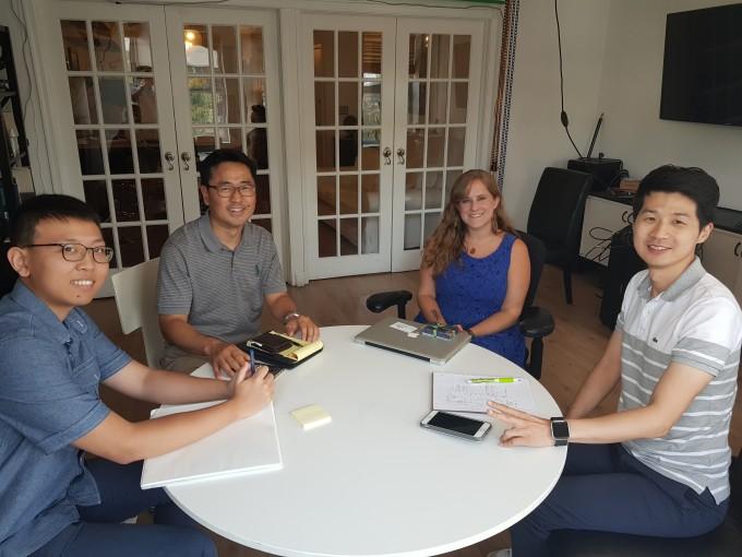 미국 워싱턴에서 진행된 창업 연수 프로그램에 참여한 권기정 한국항공우주연구원 책임연구원(왼쪽에서 두 번째)이 잠재고객 인터뷰를 마친 뒤 기념 촬영을 한 모습. - 권기정 연구원 제공