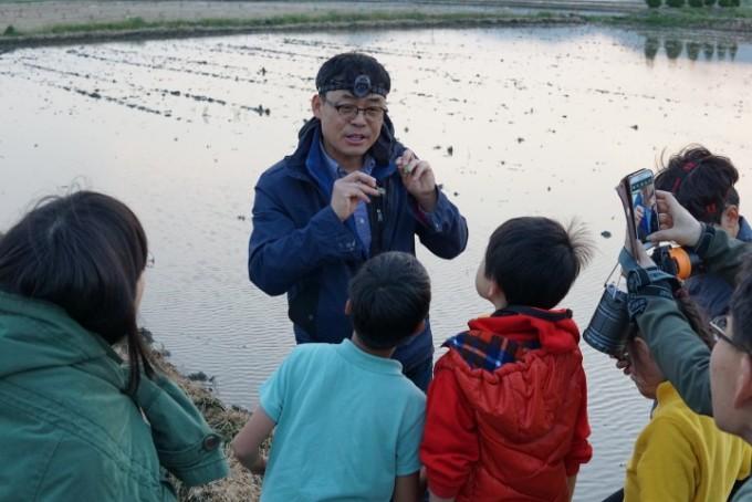 지구사랑탐사대수원청개구리 현장교육에서 대원들에게 개구리의 종별 특징을 설명하는 모습.