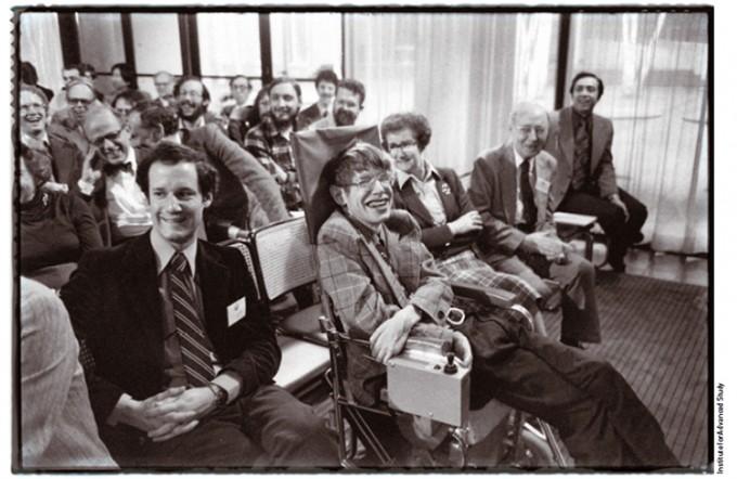 1979년 3월 미국 프린스턴에 있는 고등연구소에 방문해 동료들과 환하게 웃고 있는 호킹. - Institute for Advanced Study 제공