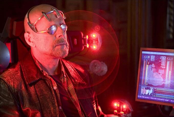 써로게이트 조종 시스템. 눈을 가리고 머리에 무언가 특수 장치를 뒤집어 쓴다. 이를 통해 먼 거리에 있는 로봇을 완전히 자신의 몸처럼 통제한다.