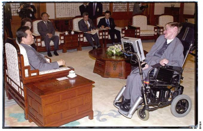 2000년 방한 당시 김대중 대통령과 환담을 나눴던 호킹. 그는 음성 합성기를 사용해 느리지만 성실하게 대화에 임했다.
