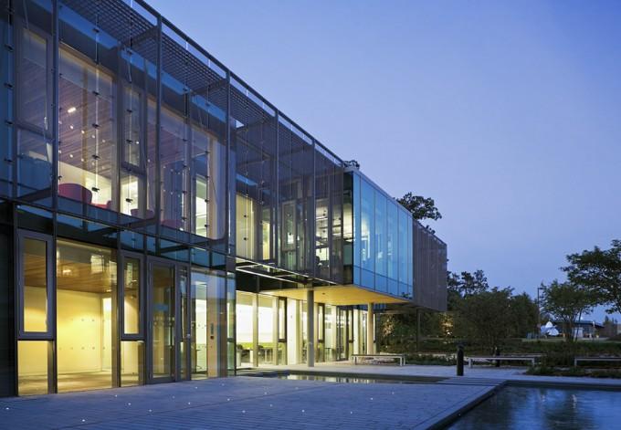 영국에 위치한 유럽생물정보학연구소(EBI)의 전경. 유럽분자생물학실험실(EMBL) 산하에 있으며, 각종 생물체의 유전자 정보를 저장하고 있다. - EBI 제공