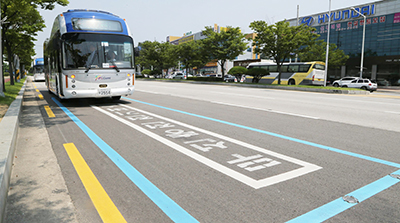 정해진 곳에 주차하면 무선으로 충전되는 전기버스.