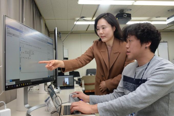 비장애인/시각장애인 동시 접근 가능한 전자책을 쉽게 제작할 수 있는 전자책 저작도구를 연구진이 시연하고 있다.