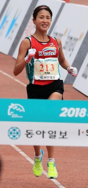 동아마라톤 여자 엘리트 부문에서 우승하며 21년만에 한국기록을 경신한 김도연(25·K-water) 가 결승선을 통과하고 있다 - 사진 동아일보 제공