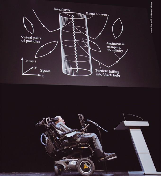 스티븐 호킹이 2015년 스웨덴 왕립공대에서 열린 컨퍼런스에 참석해, 블랙홀 정보역설에 대한 생각을 강연하고 있다. - Adam af Ekenstam/KTH Royal Institute of Technology 제공