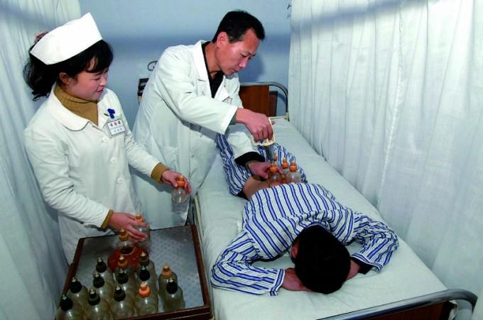 북한 고려의학과학원 소속 의료진이 환자를 치료 중인 모습. 북한은 전통의학에 대한 관심이 높은 만큼 임상 경험이 풍부하다. - 연합뉴스 제공