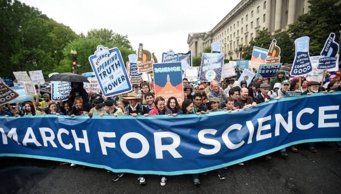 지난해 4월 처음 열렸던 과학자들의 행진 '마치 포 사이언스(March for Science)'. 14일 개최되는 올해 마치 포 사이언스에는 일반 시민들도 참여할 수 있는 다채로운 행사도 함께 준비됐다. - 마치 포 사이언스 제공