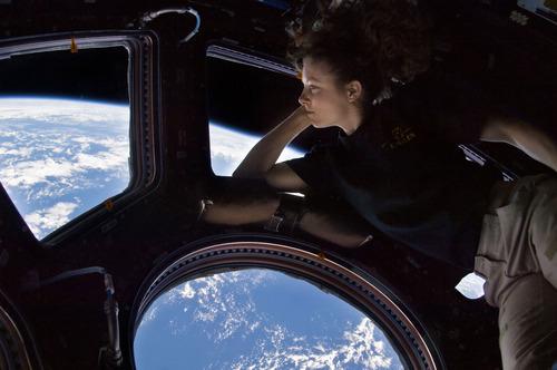 언젠가 우주에서 이런 셀카를 찍을 날이 올까요? NASA의 우주 비행사 트레이시 콜드웰 다이슨이 ISS에서 촬영한 셀카 – NASA 제공