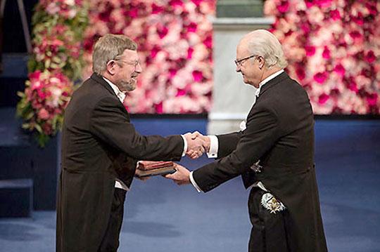 2016년 노벨 물리학상 시상식에서 마이클 코스털리츠 미국 브라운대 물리학과 교수가 상을 받고 있다. 그는 위상수학과 재료를 접목해 나중에 '양자물질'이라는 새로운 소재 분야에 영감을 줬다. 노벨위원회
