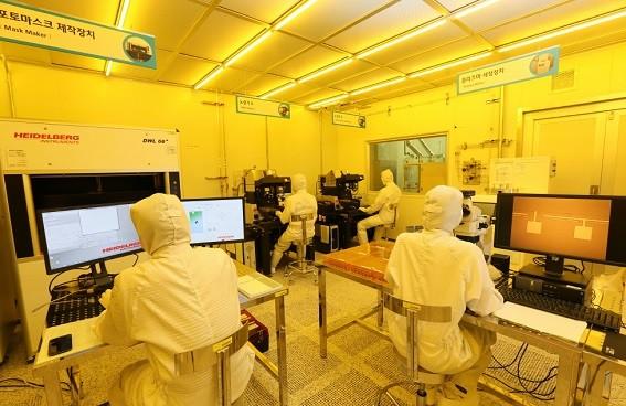 한국원자력연구원 방사선기기 팹센터에 입주한 기업 연구자들이 방사선기기 신제품 개발 연구를 수행하고 있다. - 원자력연 제공