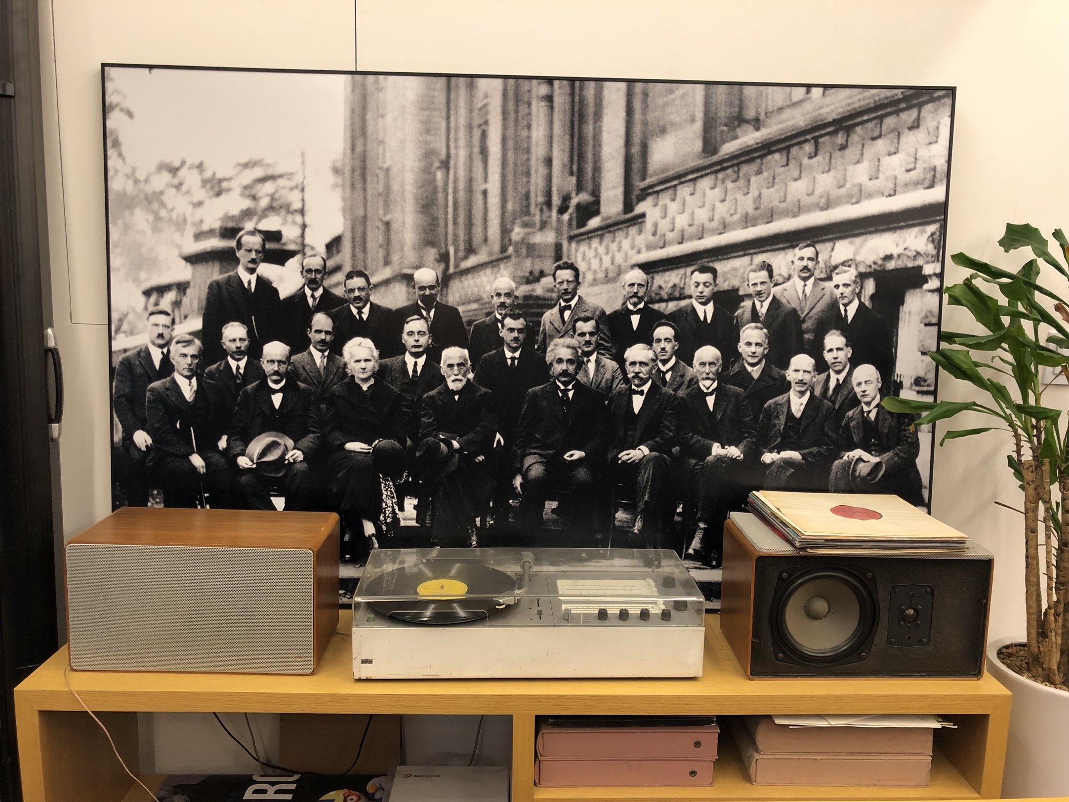 1927년에 벨기에에서 열렸던 솔베이 회의의 사진. 역사적인 물리학자들이 양자역학에 대해 토론했던 이 회의는 아직도 물리학계의 전설처럼 남아있다. 회의 참석자 29명 중 17명이 노벨상을 받기도 했다. 책과얽힘에는 이 역사적 사진이 크게 걸려있다. - 최지원 제공