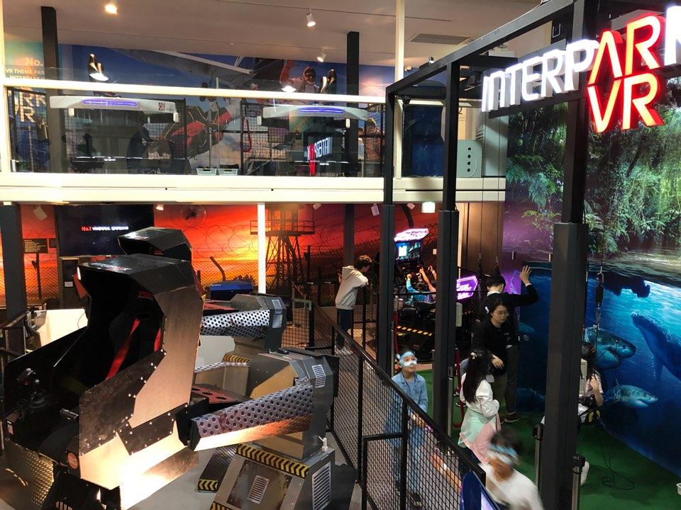 블루스퀘어 지하 1층에는 VR 체험관이 있다. 10여 가지의 VR 놀이기구를 체험해 볼 수 있다. - 최지원 제공