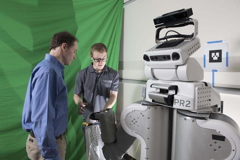 조지아공대 연구진이 옷 입혀주는 로봇 PR2의 작업을 준비하고 있다. - 조지아공대