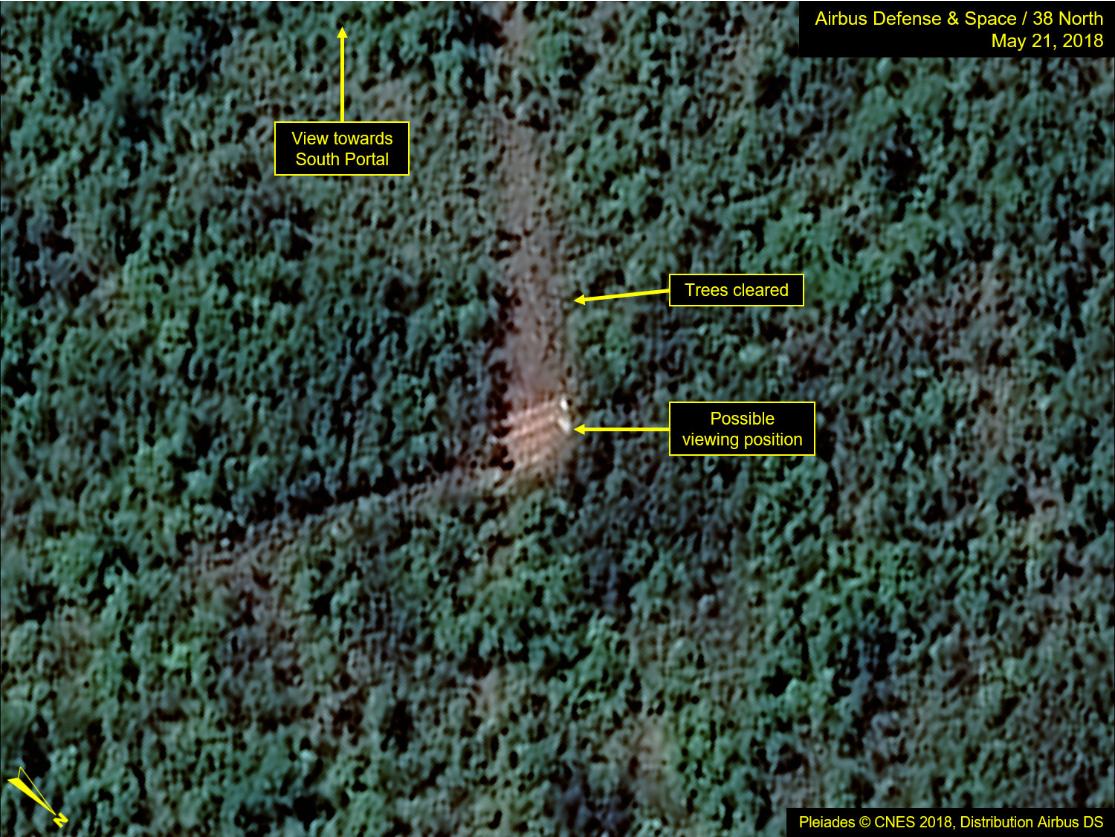 풍계리 핵실험장의 남쪽 갱도. 한번도 핵실험에 이용되지 않은 갱도로, 원래는 나무에 가려 갱도의 입구가 보이지 않았지만, 갱도 폐쇄를 앞둔 21일 위성사진을 보면 전망대에서 갱도 입구를 볼 수 있도록 나무를 정리한 것을 확인할 수 있다. - 38 north 제공