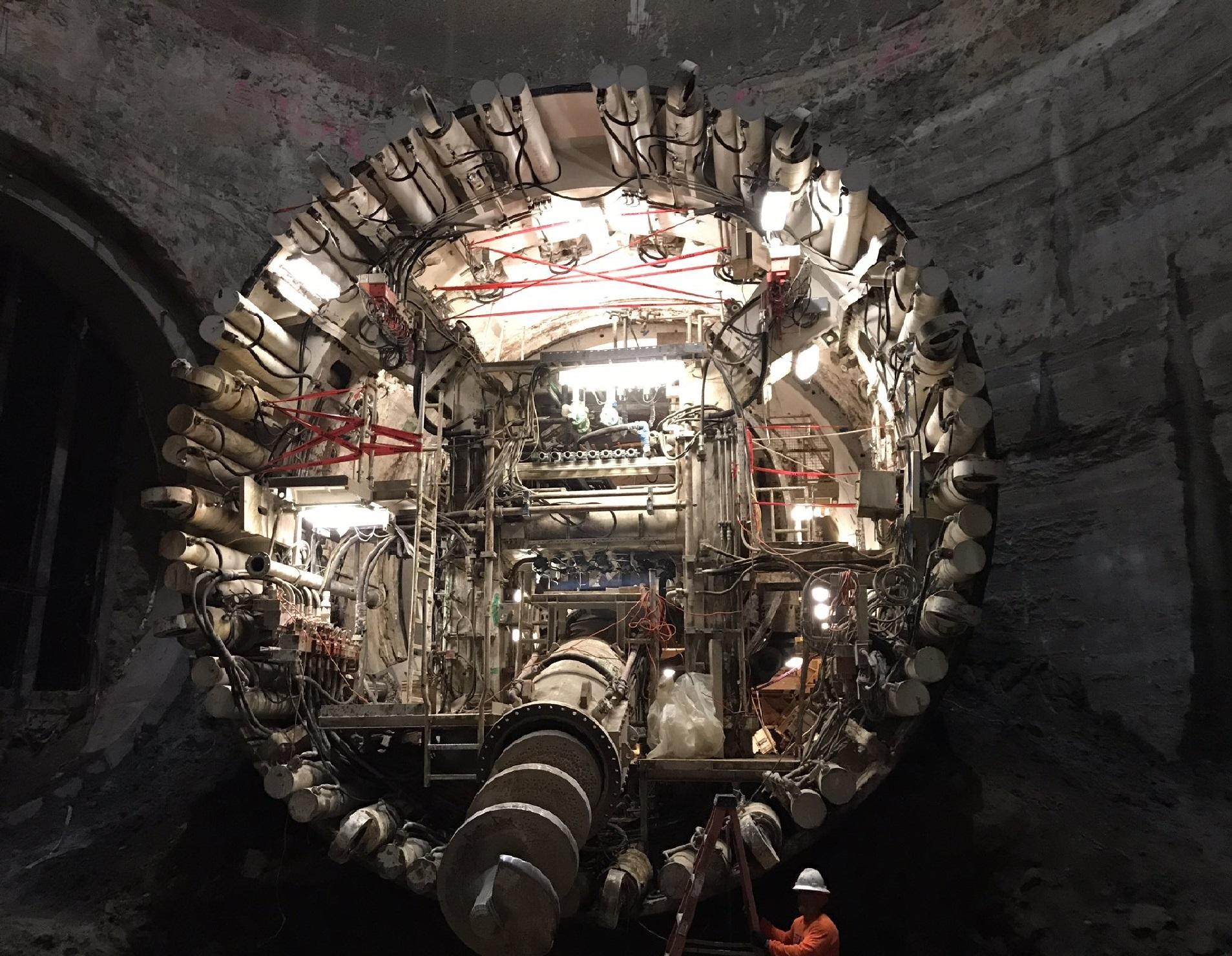 일론 머스크는 스페이스X의 사옥 주차장에서 미국 호손시의 공항 근처까지 3.2km의 지하터널을 뚫고 있다. - SpaceX 제공