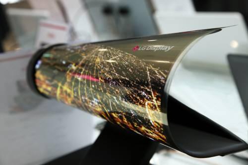 국제가전전시회(CES) 2016에서 공개한 LG디스플레이의 플렉시블 디스플레이. 이에 적용할 수 있는 잘 휘어지고 투명한 투명전극 소재에 대한 연구가 활발하다. -LG디스플레이 제공
