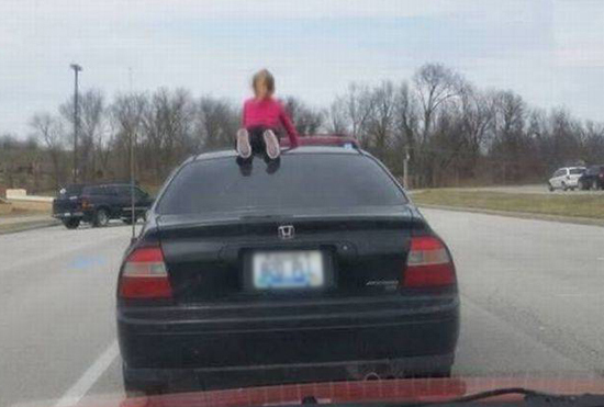 달리는 차 위에 소녀가?