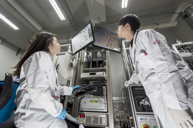 융합연구가 과학기술계의 새 트렌드로 주목받고 있다. 사진은 한국과학기술연구원(KIST) 미래융합기술연구본부 고온에너지연구센터 연구진. 한국과학기술연구원 제공