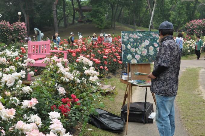 필자는 재작년 5월 말 과천 서울대공원 장미원을 찾았다. 당시 한 화가가 장미를 화폭에 담고 있는 장면이다. 올해에도 26일부터 내달 10일까지 장미축제가 열린다. - 강석기 제공