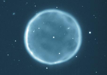 행성상 성운 '아벨 39'. 고리의 지름이 5광년에 이른다. 가운데 빛나는 별이 백색왜성이다. - WIYN / NOAOL / NSF 제공